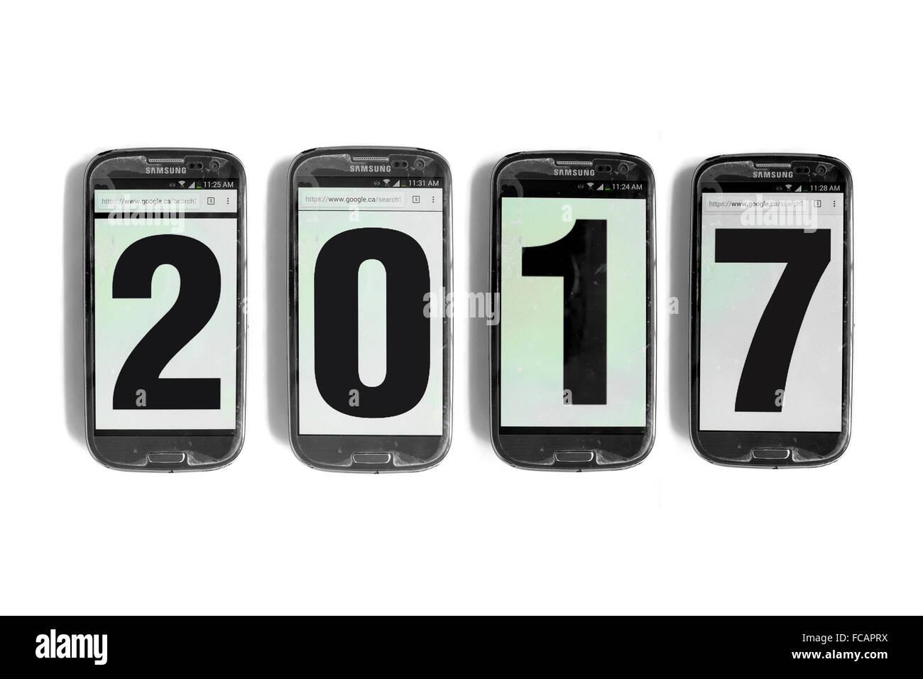 2017 scritto sullo schermo di smartphone fotografati contro uno sfondo bianco. Immagini Stock