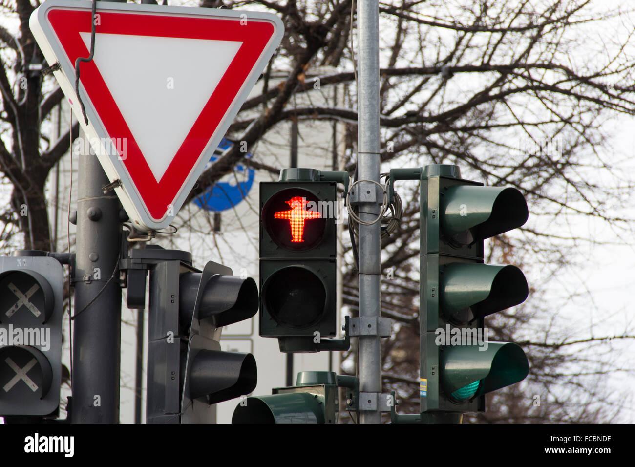 Luce di traffico, la città, la luce rossa, street, caotico, caos, triangolo, transito, arteria, smashup, segno Immagini Stock