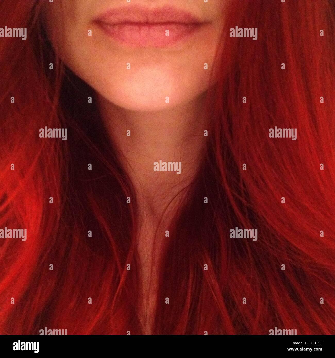 In primo piano della giovane donna con i capelli rossi Immagini Stock