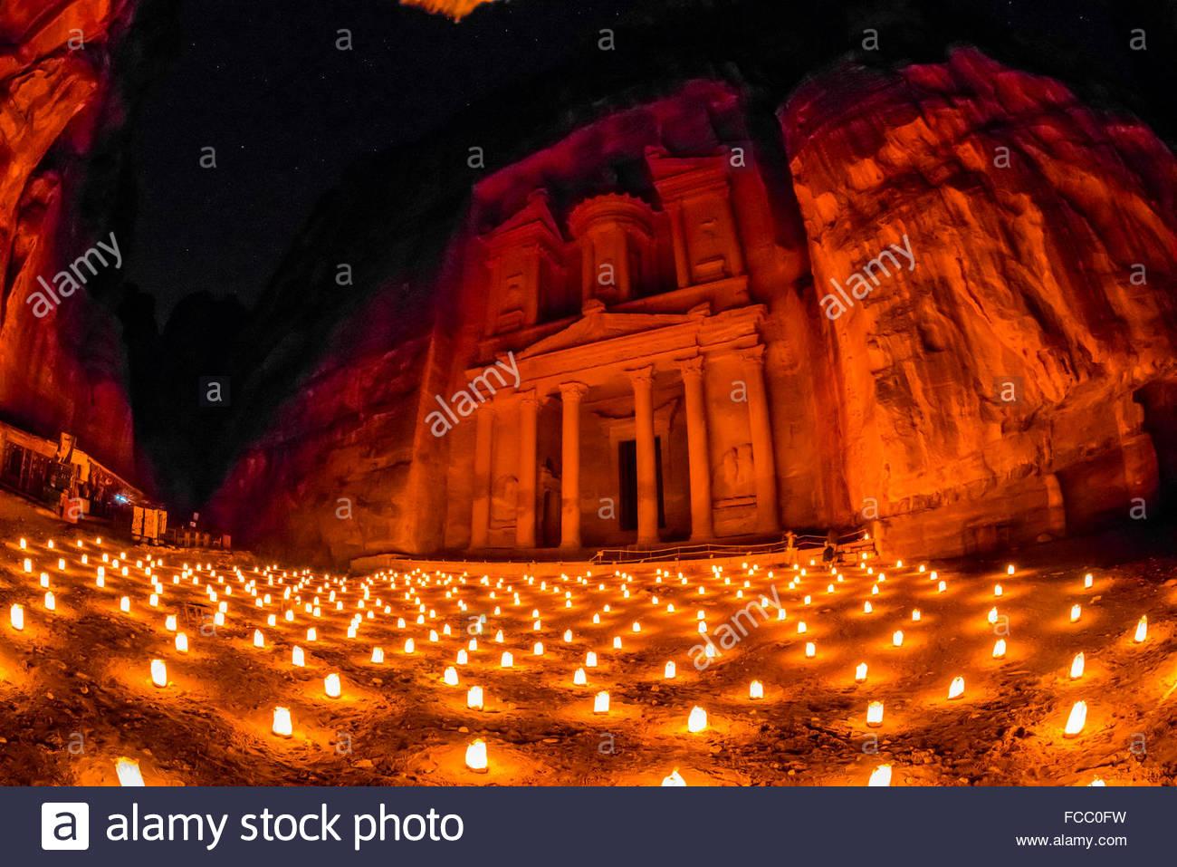 Petra di notte a lume di candela (), il monumento del Tesoro (Al-Khazneh), Petra sito archeologico (un sito Patrimonio Immagini Stock