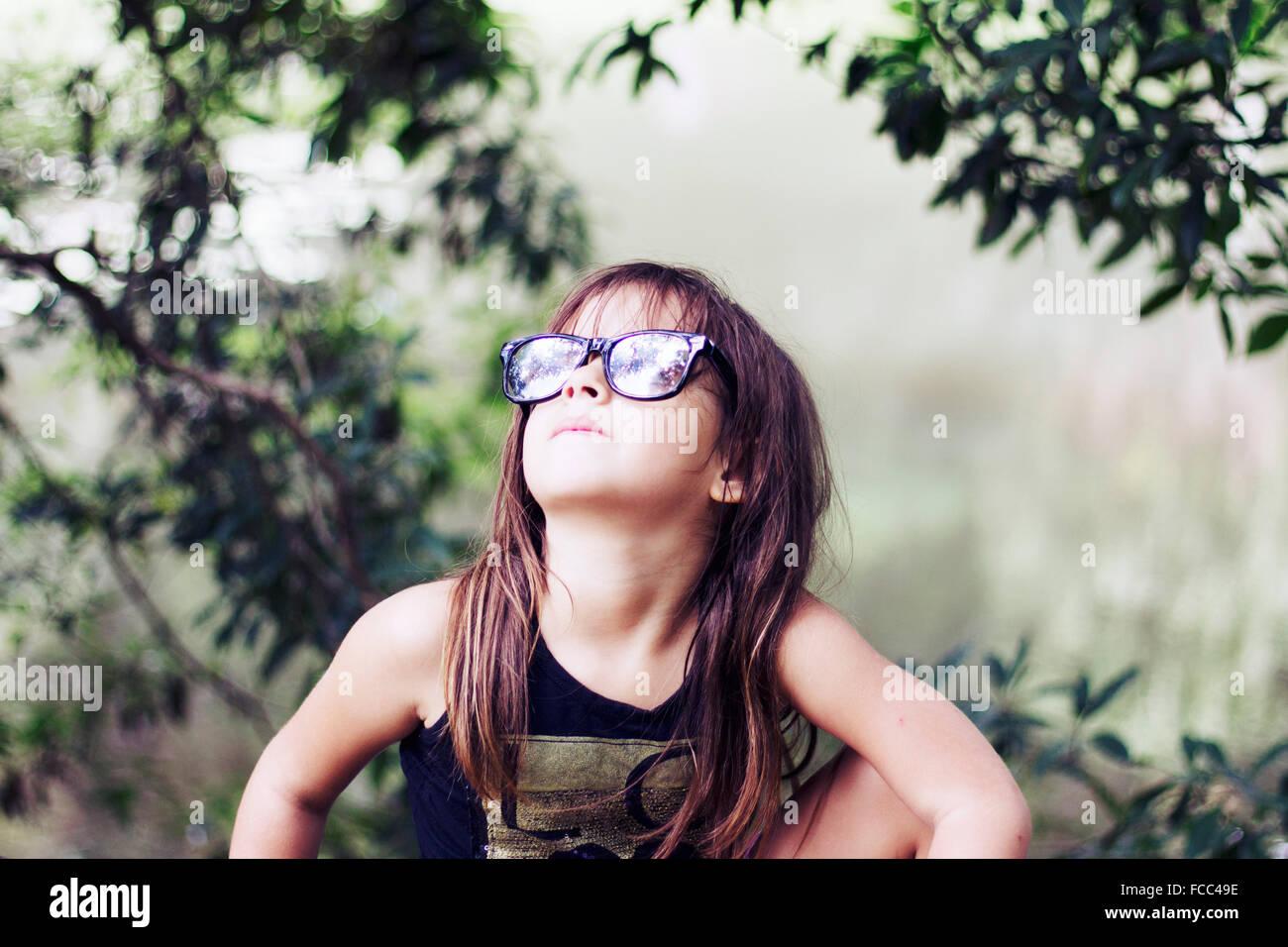 In primo piano di una ragazza alla ricerca fino all'aperto Foto Stock