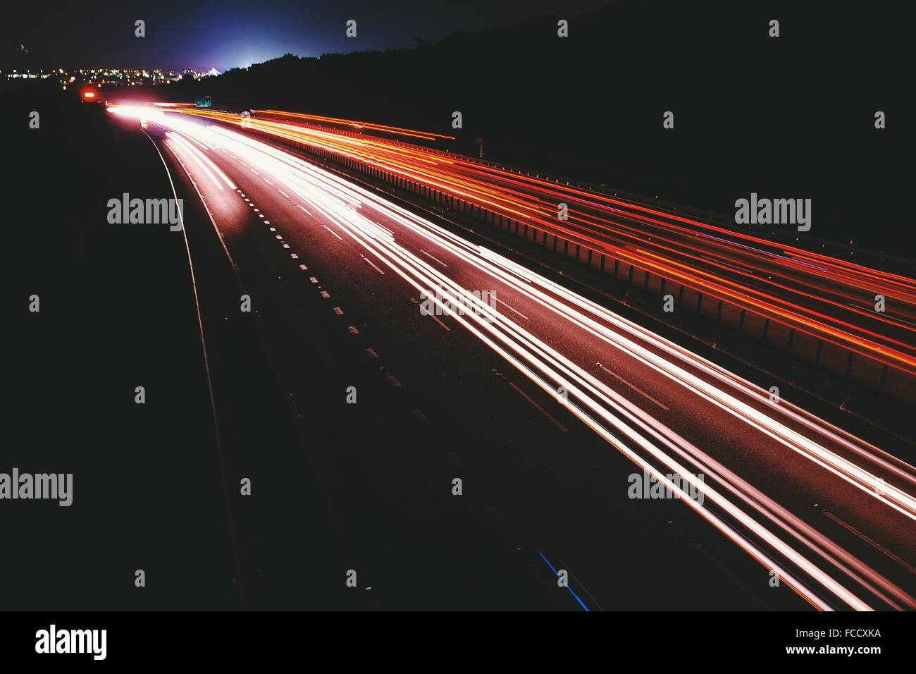 Striature chiare sulla strada di notte Immagini Stock