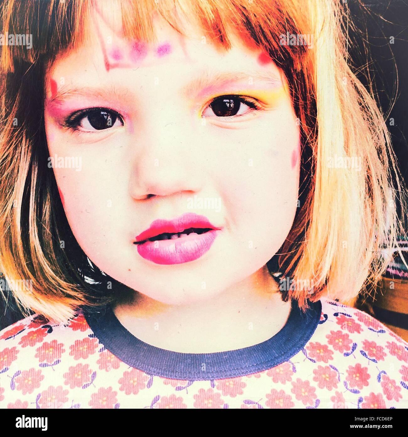 Ritratto in primo piano di una ragazza che indossa per la cosmesi Immagini Stock