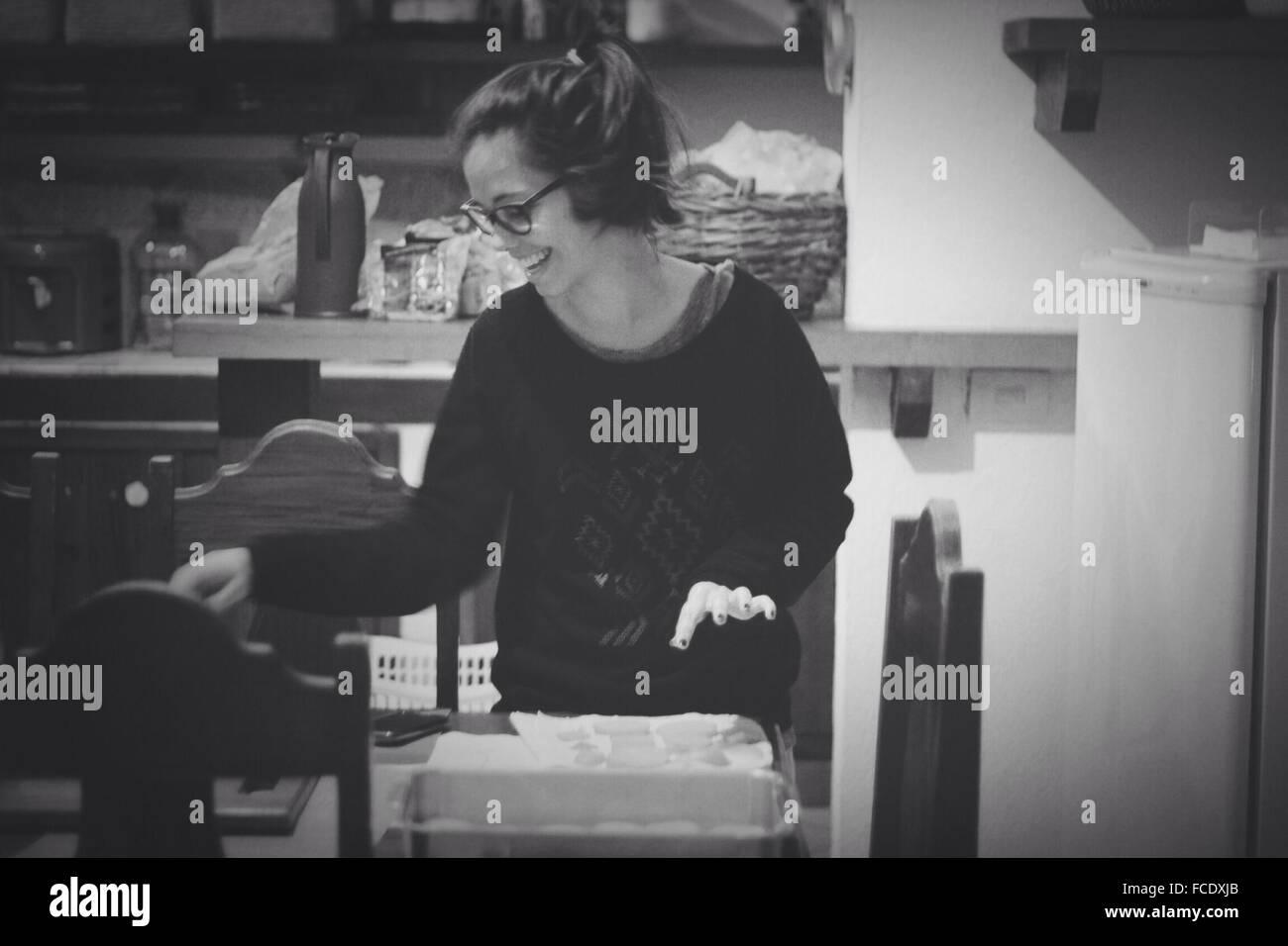 Donna che cucina Immagini Stock