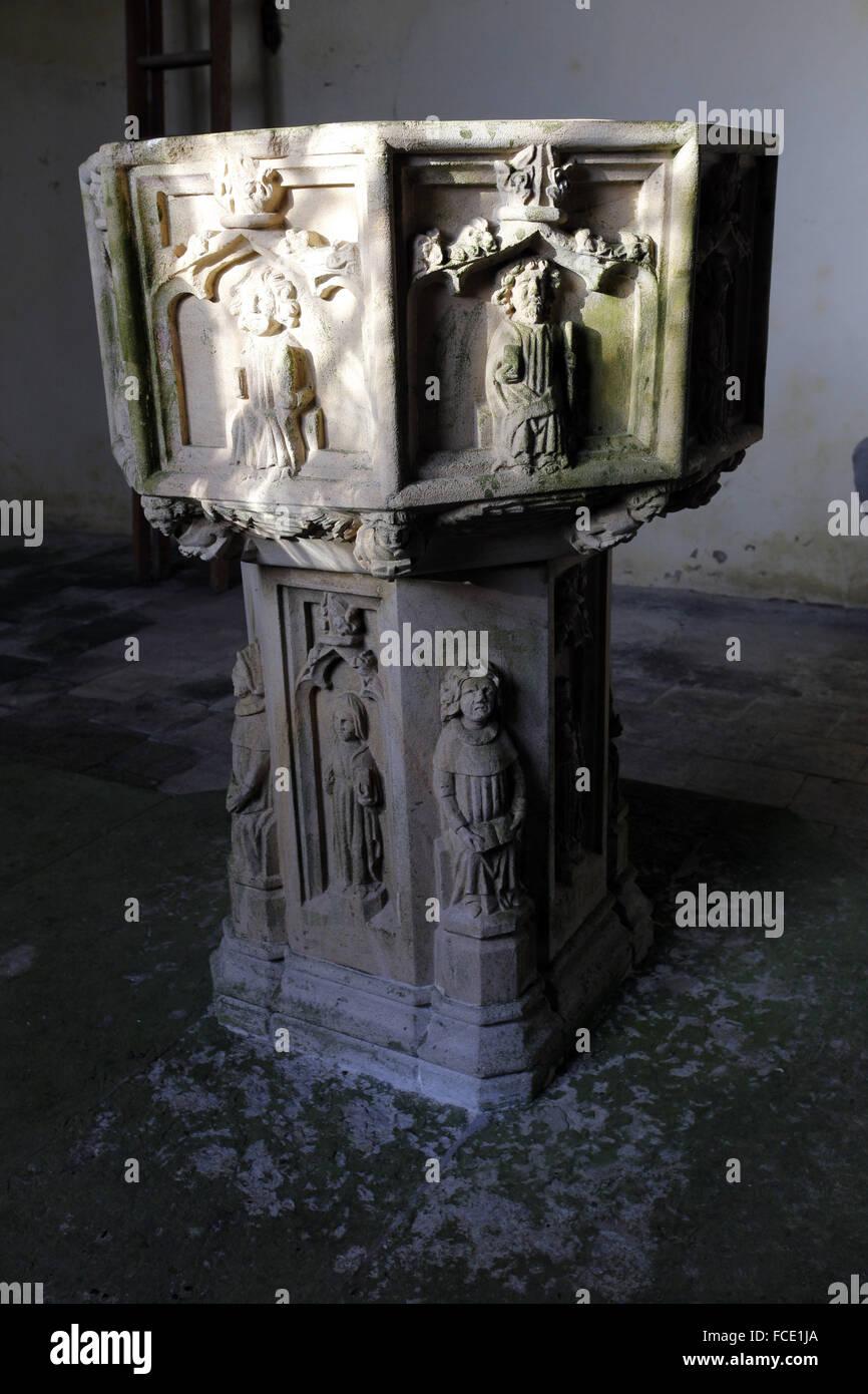 Xv secolo font con le sculture degli Apostoli, la chiesa di San Nicola, Buckenham, Norfolk Immagini Stock