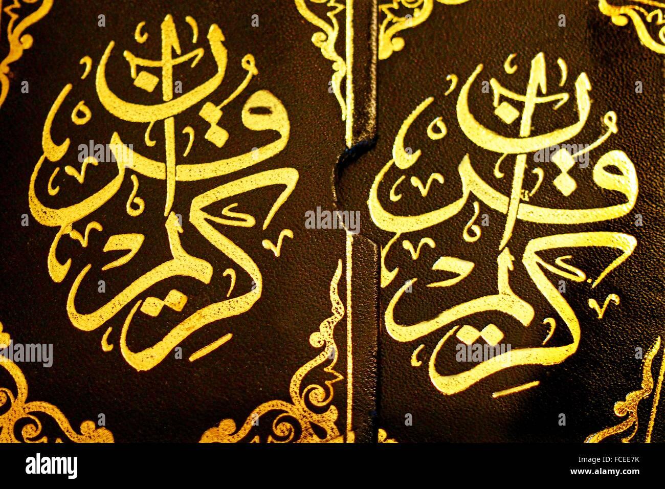 L'Islam, versetti del Corano stampato in oro sulla pelle Immagini Stock