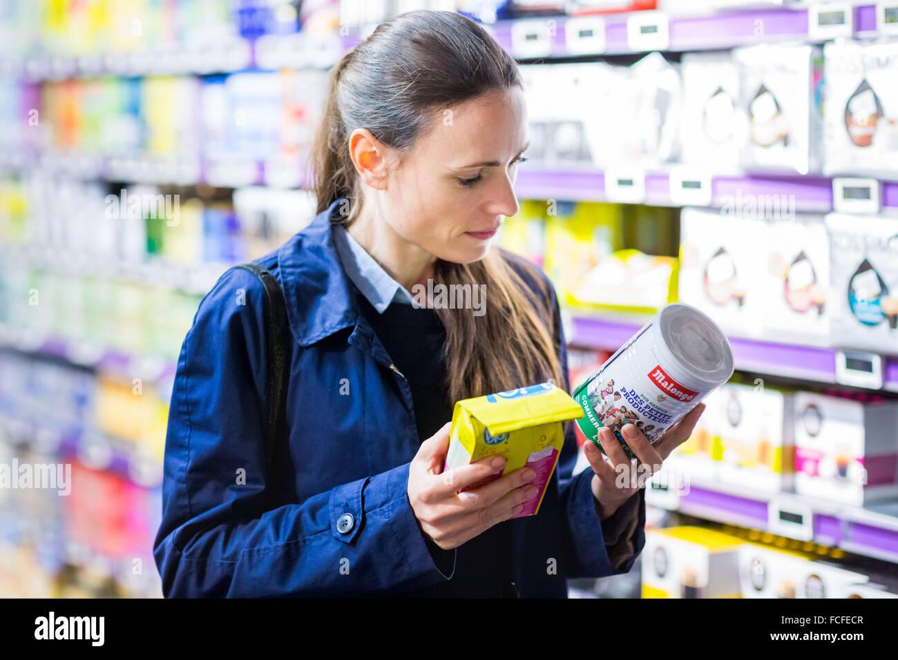 Il commercio equo e solidale la sezione in un supermercato. Immagini Stock