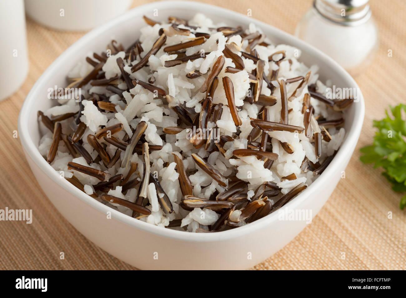 Ciotola con un mix di riso Basmati e riso indiano Immagini Stock