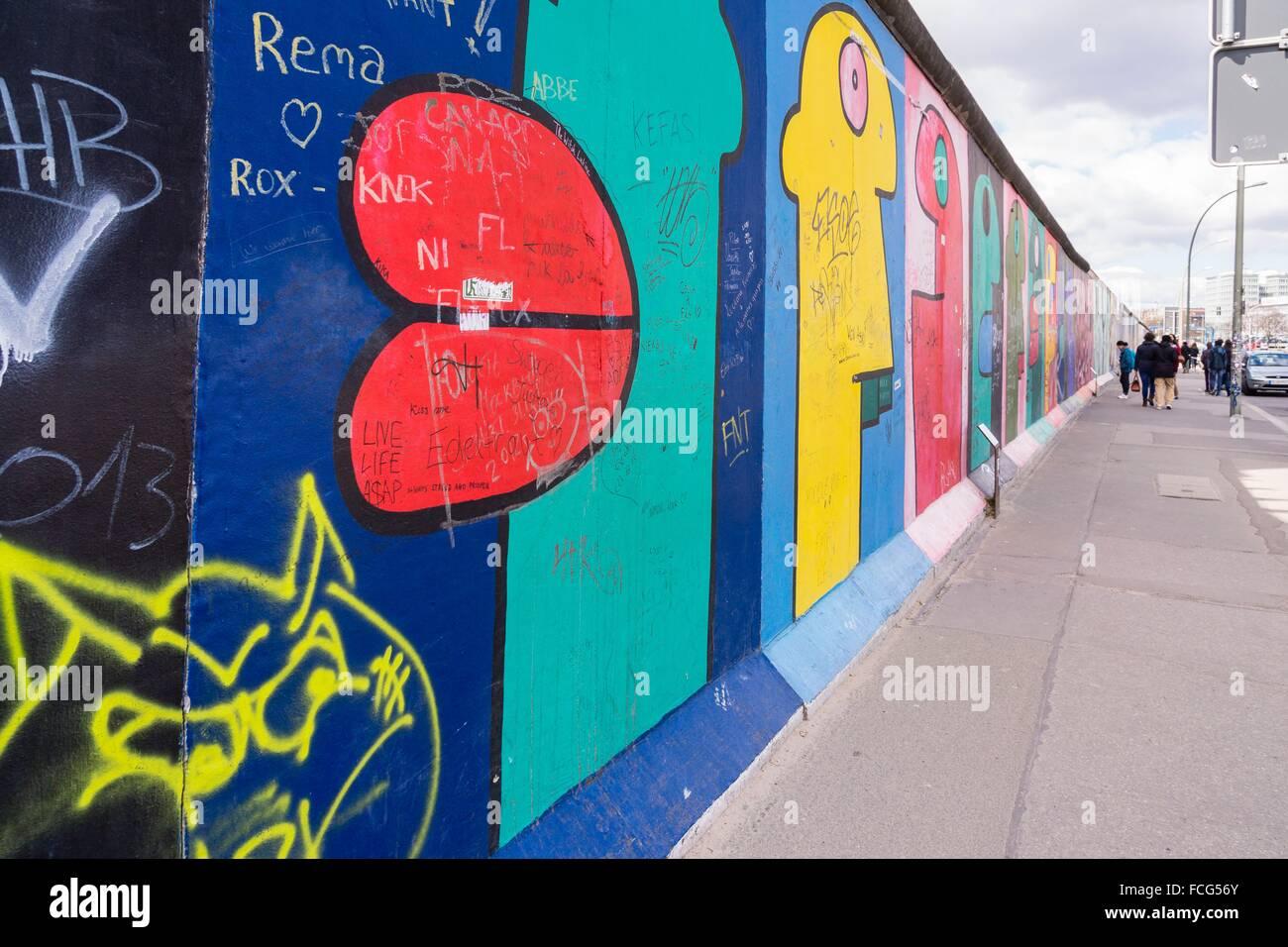 Algunas cabezas del artista Thierry Noir, Muro de Berlín, - Berliner Mauer-, Berlino, Germania Immagini Stock
