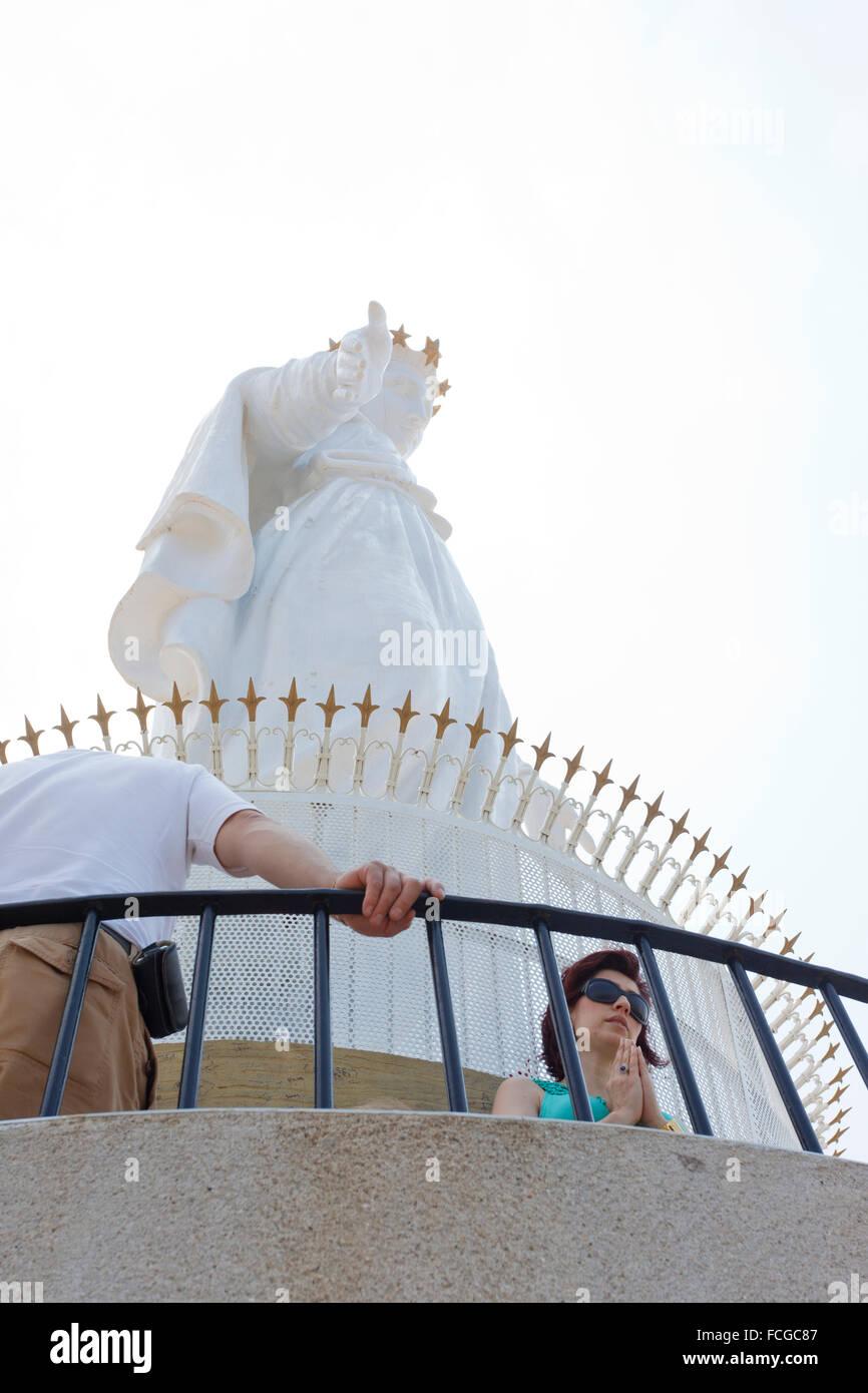 Donne pregando sotto la Nostra Signora del Libano statua, Jounieh, Beirut, Libano Immagini Stock
