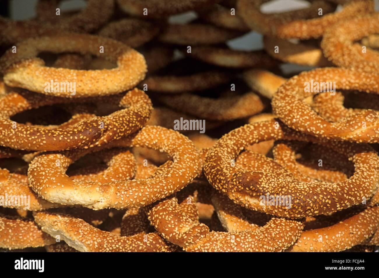 Un pane di forma circolare con semi di sesamo, Grecia, Europa meridionale. Immagini Stock