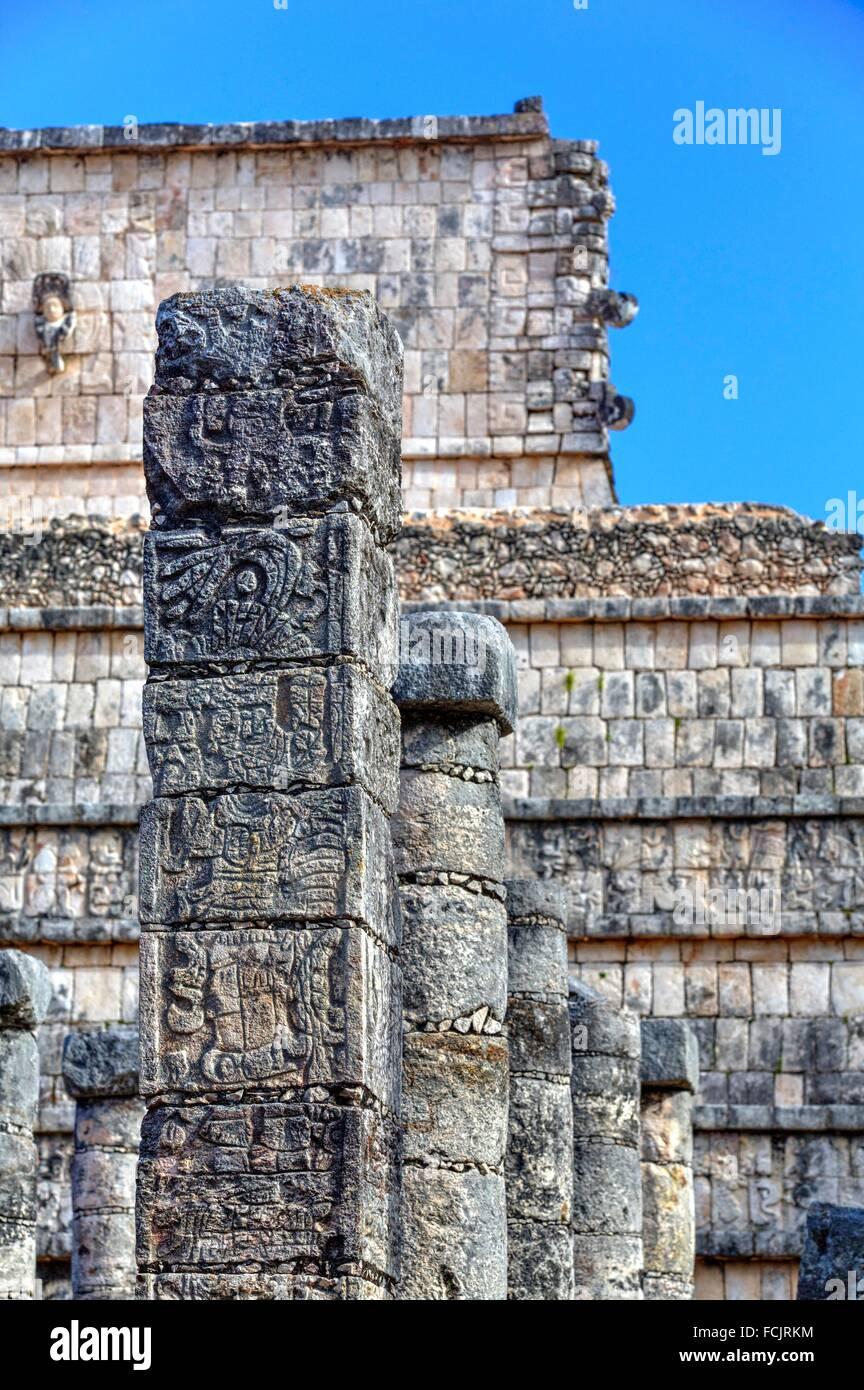 Le colonne ornate con animali scolpiti divinità, gruppo di un migliaio di colonne, Chichen Itza, Yucatan, Messico Immagini Stock