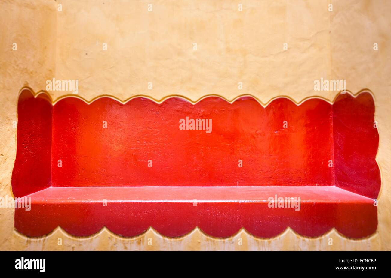 Divano rosso muratura in un tipico messicano di house garden ...