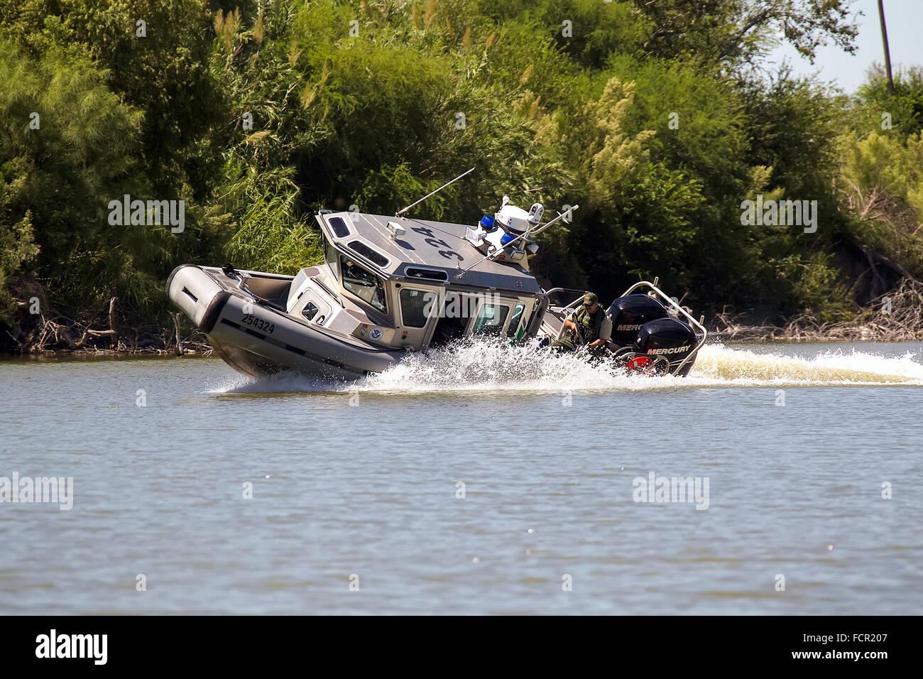 Stati Uniti Delle dogane e della protezione delle frontiere, unità fluviali di pattuglia nella classe Defender Immagini Stock