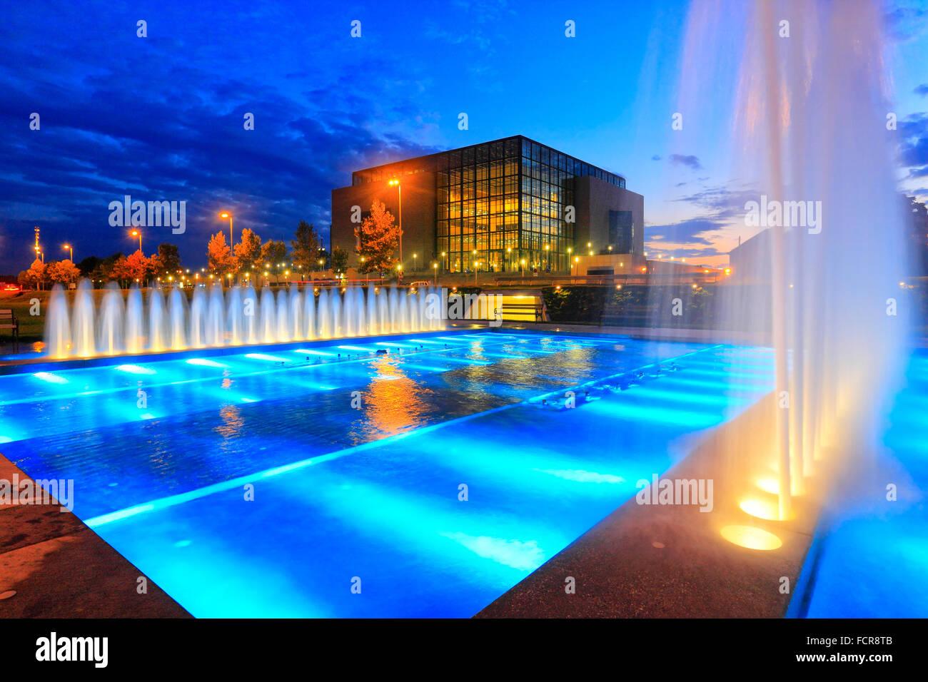 Nuova biblioteca nazionale di Zagabria di notte con fontane illuminate di fronte. Immagini Stock