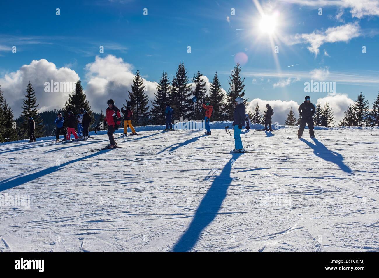 Les Gets ski resort e la stazione su Portes du Soleil domain nelle Alpi francesi Immagini Stock