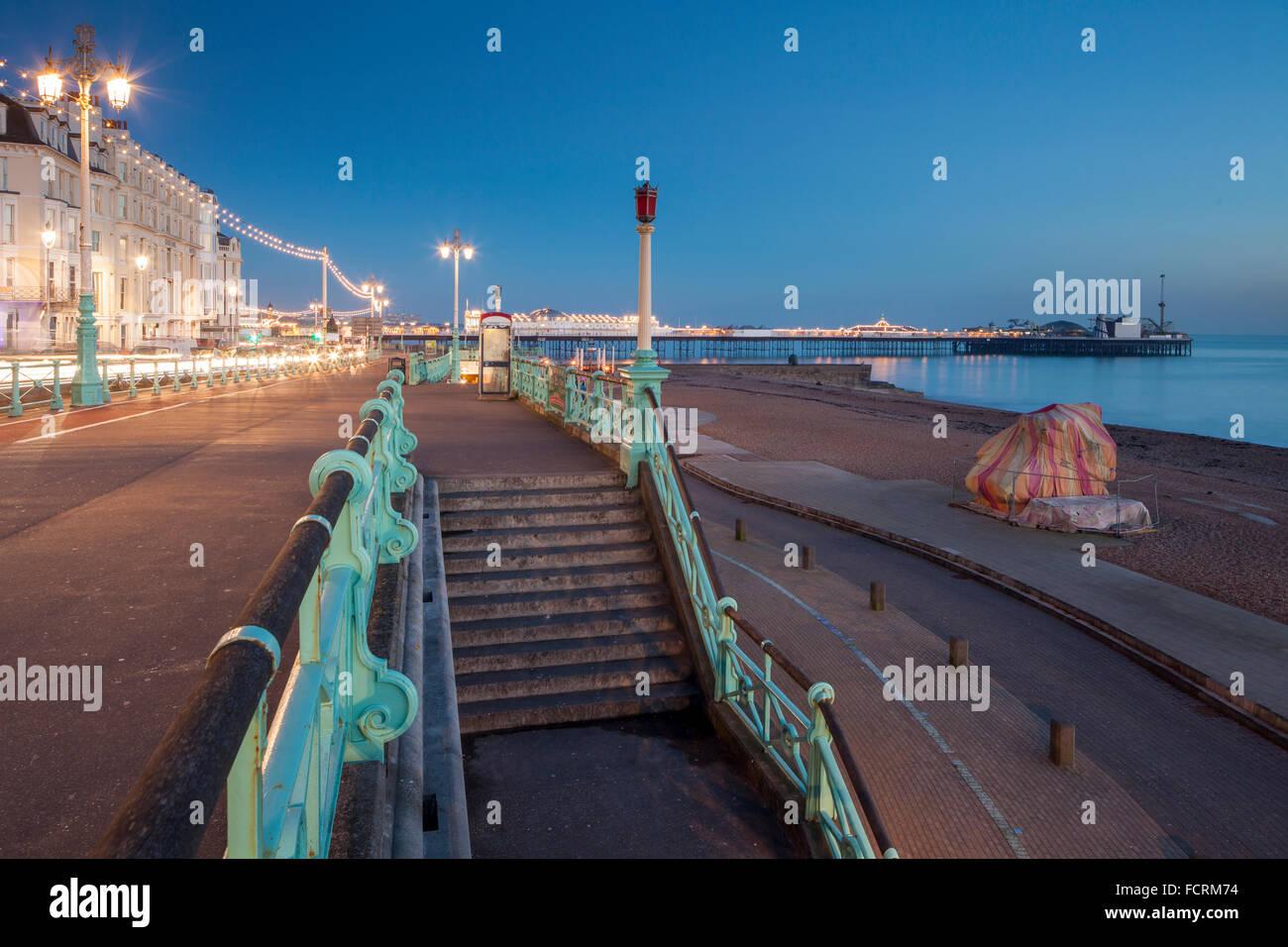 Sera d'inverno sul lungomare di Brighton, East Sussex, Inghilterra. Immagini Stock