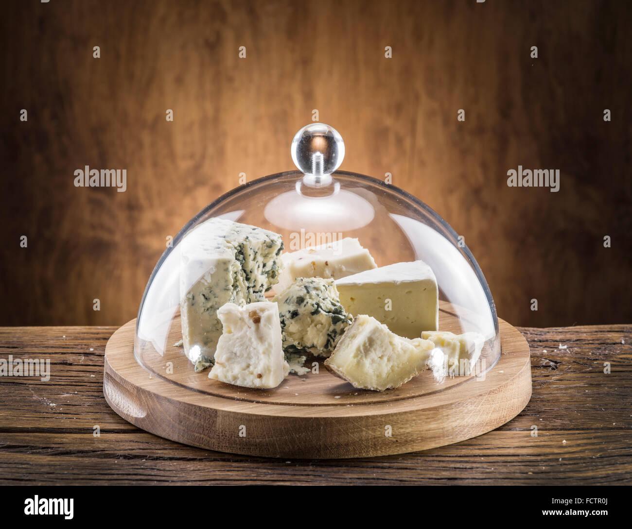 Varietà di formaggi su una tavola di legno. Immagini Stock