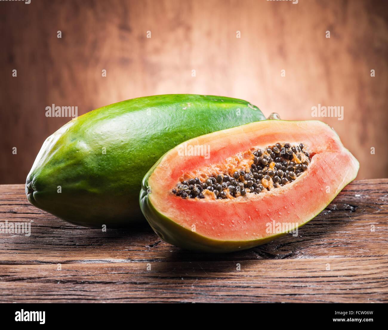 Papaya frutto su sfondo di legno. Immagini Stock