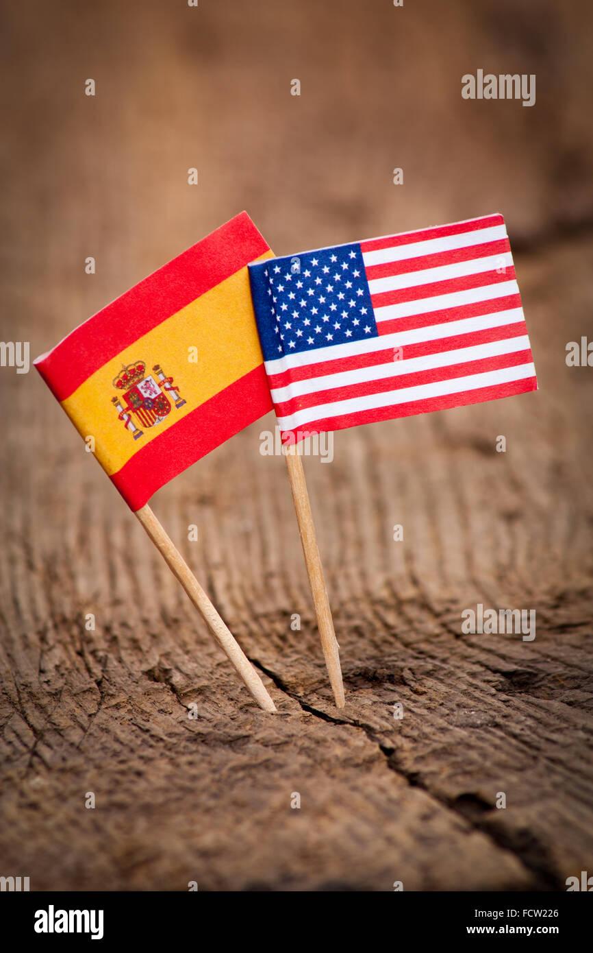 Bandiere di Stati Uniti e Spagna su sfondo di legno Immagini Stock