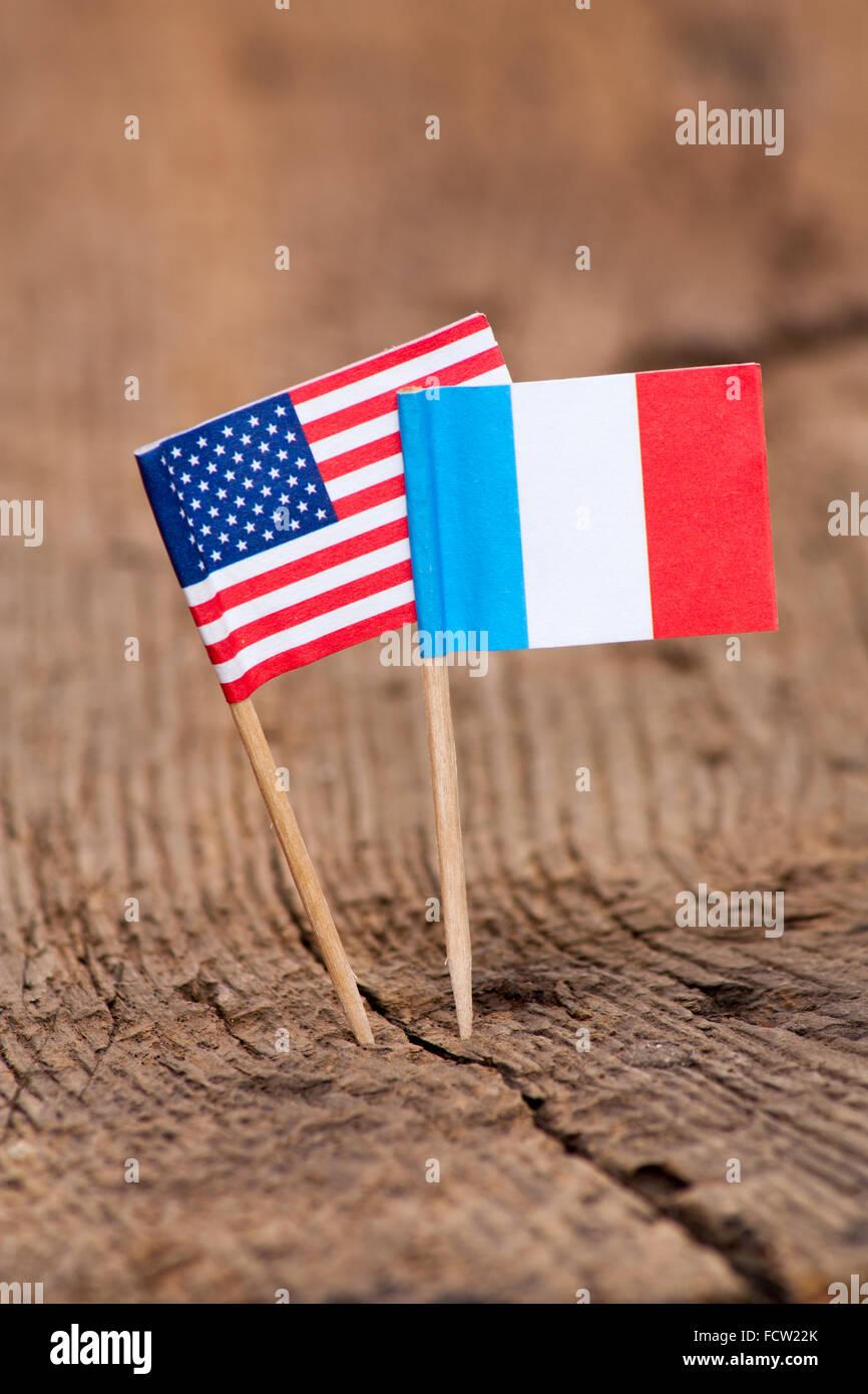Bandiere di Francia e Stati Uniti d'America su sfondo di legno Immagini Stock