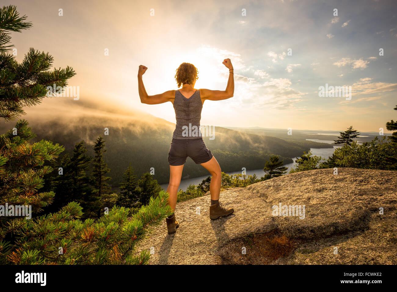 Una giovane donna si piega su una cima si affacciano nel Parco Nazionale di Acadia, isola di Mount Desert, Maine, Immagini Stock