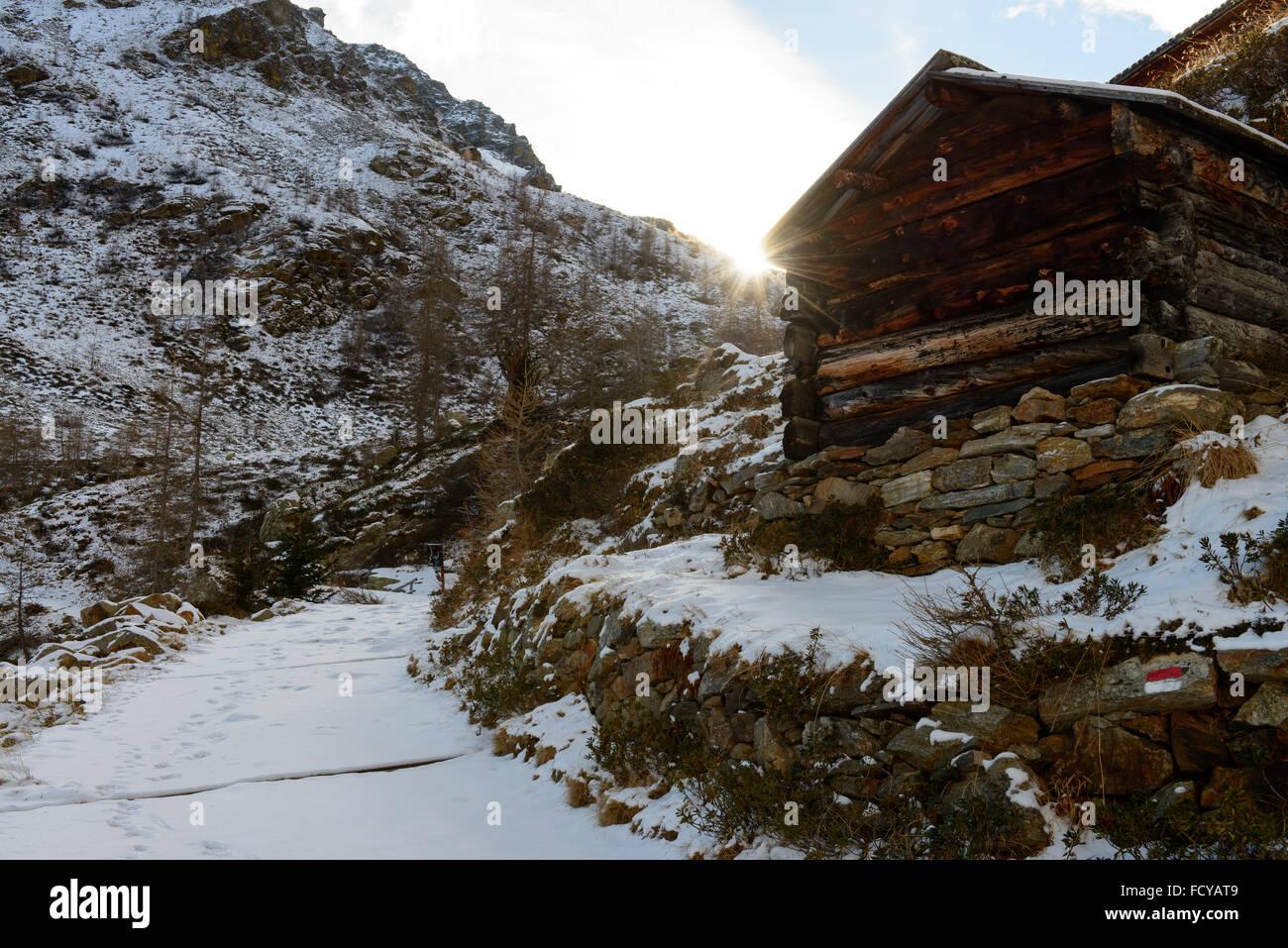 Almhütte im inverno / cottage alpino in inverno Immagini Stock