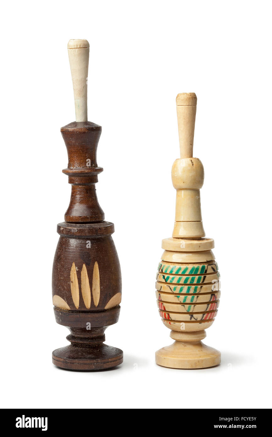 Marocchino cosmetici in legno kohl bottiglie su sfondo bianco Immagini Stock