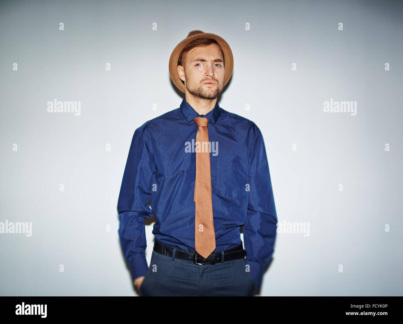 nuovo concetto 96c4c b3b2f Uomo elegante in hat, cravatta e camicia blu guardando la ...