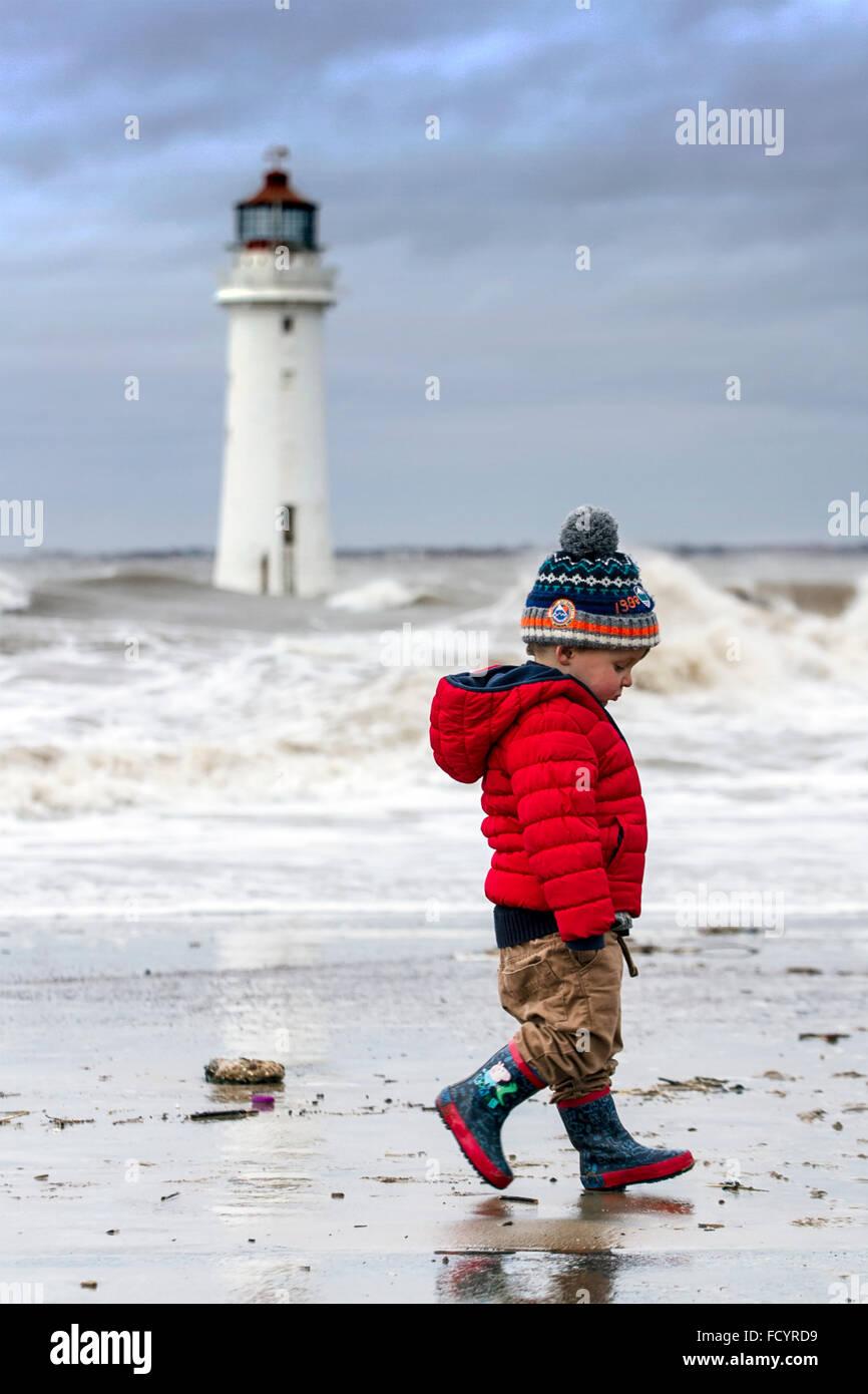 New Brighton, Birkenhead, Liverpool, Regno Unito. Il 26 gennaio 2016. Regno Unito meteo. Alta onde infrangersi contro Immagini Stock