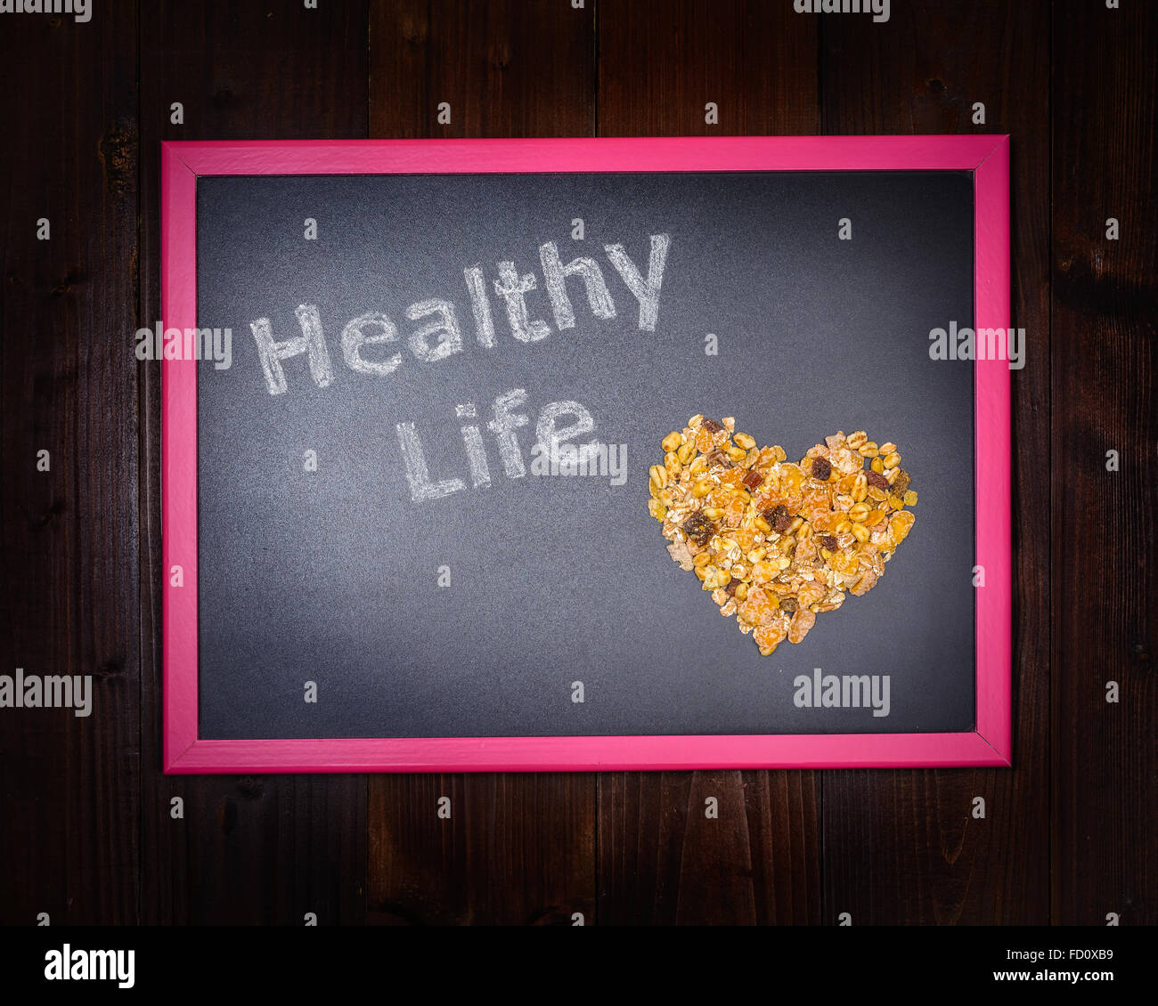 Nella foto una lavagna, sul lato sinistro con la scritta 'Vita Sana' e sul lato destro di una miscela di Immagini Stock