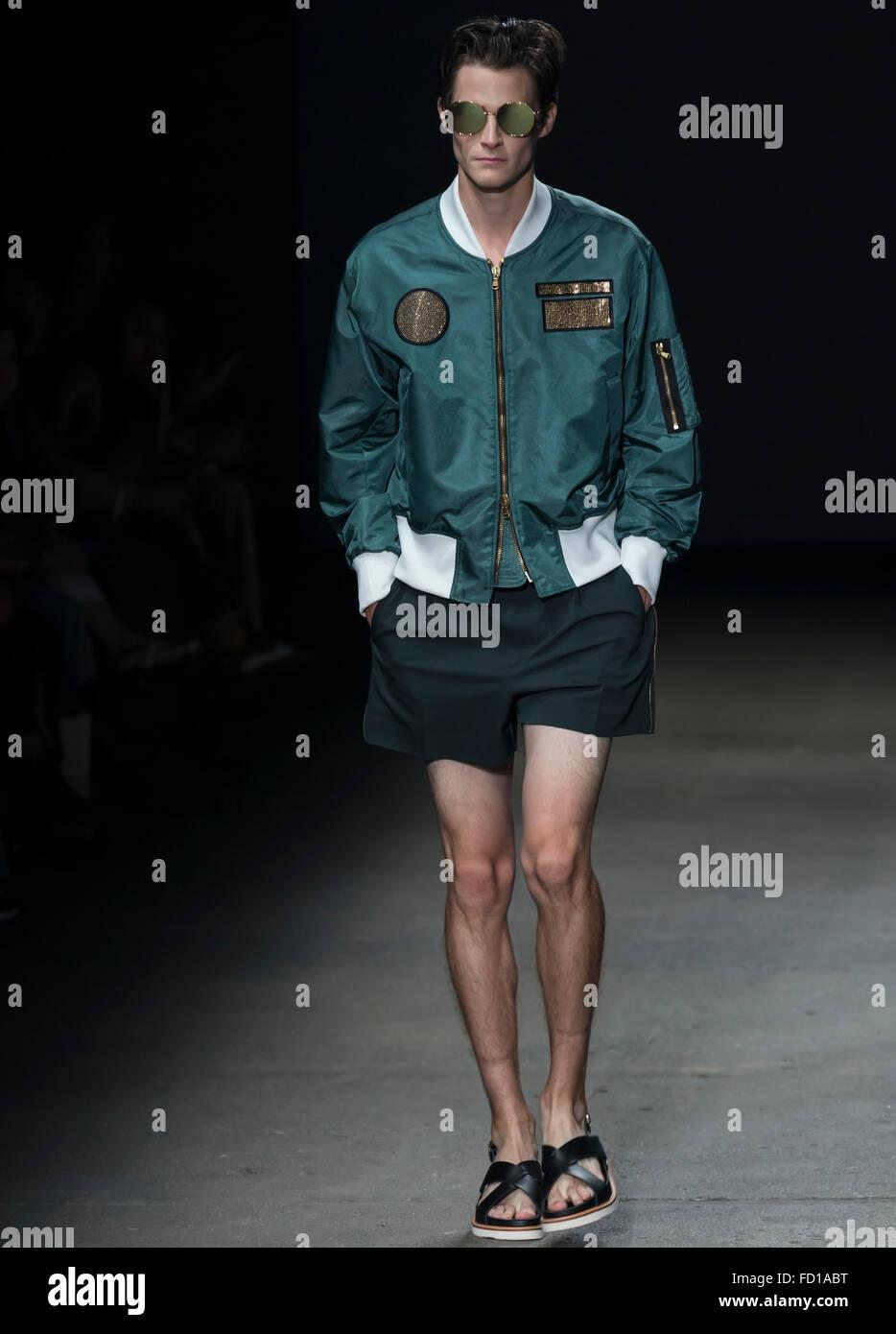 NEW YORK, NY - Luglio 14, 2015: Philip Witts passeggiate la pista durante il concetto Corea mostra al NYFW uomini Immagini Stock