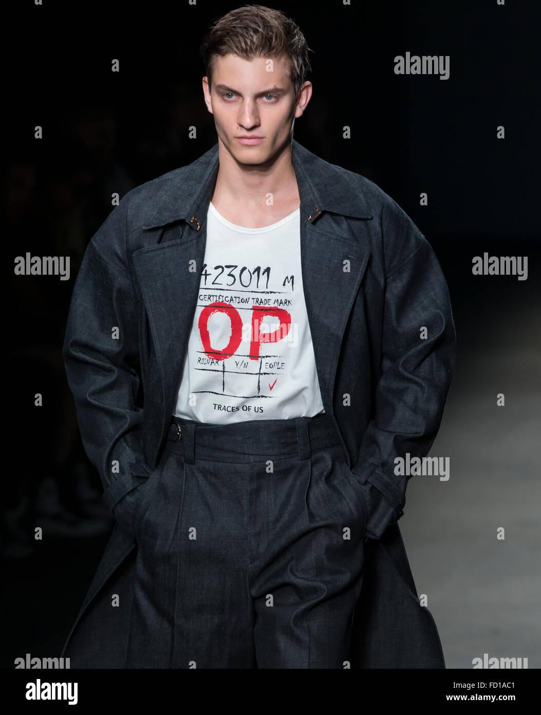 NEW YORK, NY - Luglio 14, 2015: Benjamin Benedek passeggiate la pista durante il concetto Corea mostra al NYFW uomini Immagini Stock