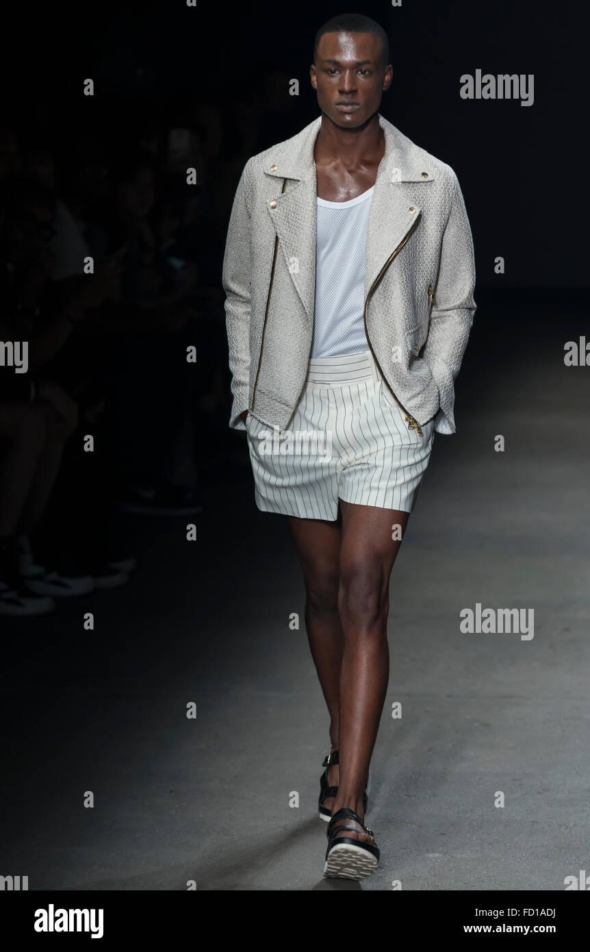 NEW YORK, NY - Luglio 14, 2015: Torey Mcdonald passeggiate la pista durante il concetto Corea mostra al NYFW uomini Immagini Stock