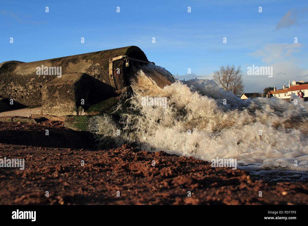 Terra della tubazione di drenaggio produca acqua sporca su di una spiaggia vacanze in Paignton,Devon,Southwest England Immagini Stock