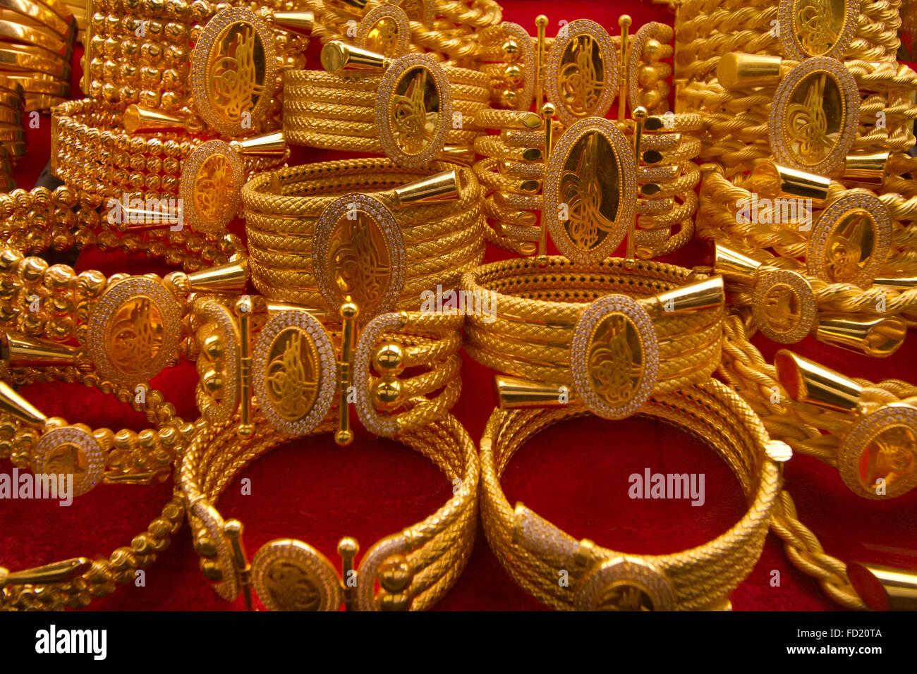 Arap gold - display identici può essere visto in Gold Souq in tutti gli Stati del Golfo Immagini Stock