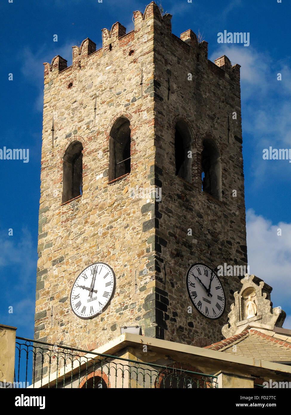 Italia Liguria Cinque Terre Monterosso campanile della chiesa parrocchiale di San Giovanni Battista, antica torre di guardie di Genova Foto Stock