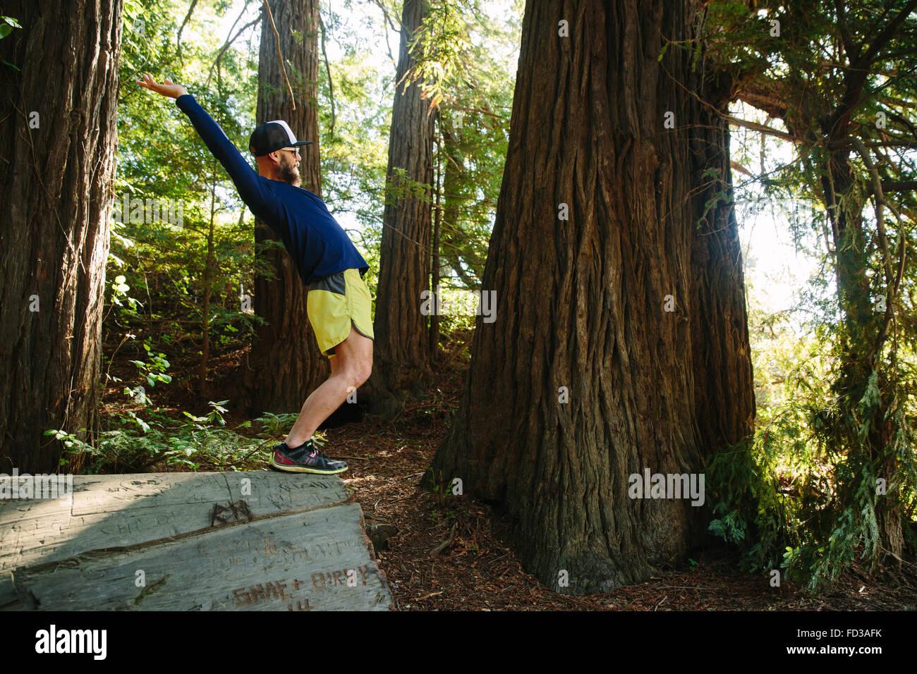 Un giovane uomo esplora Big Sur, California. Immagini Stock