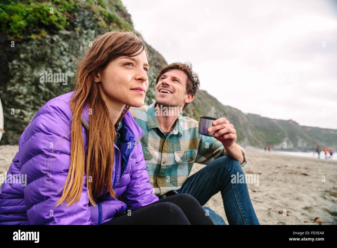 Una giovane coppia godendo di un pomeriggio sulle spiagge di Big Sur, California. Immagini Stock