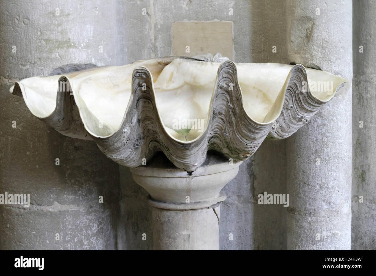 L'acqua santa font. Santissima Trinità abbazia. Immagini Stock