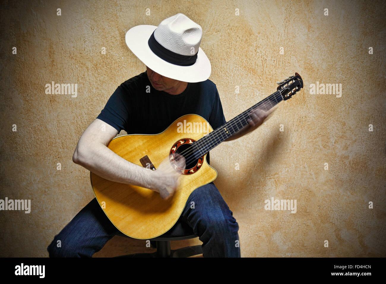 Un chitarrista suonando la chitarra veramente veloce. Immagini Stock