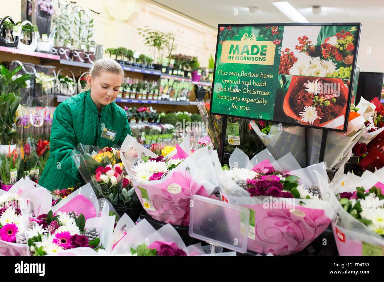 Morrisons supermercato. Una donna che lavorano nella sezione di fiorista Foto Stock