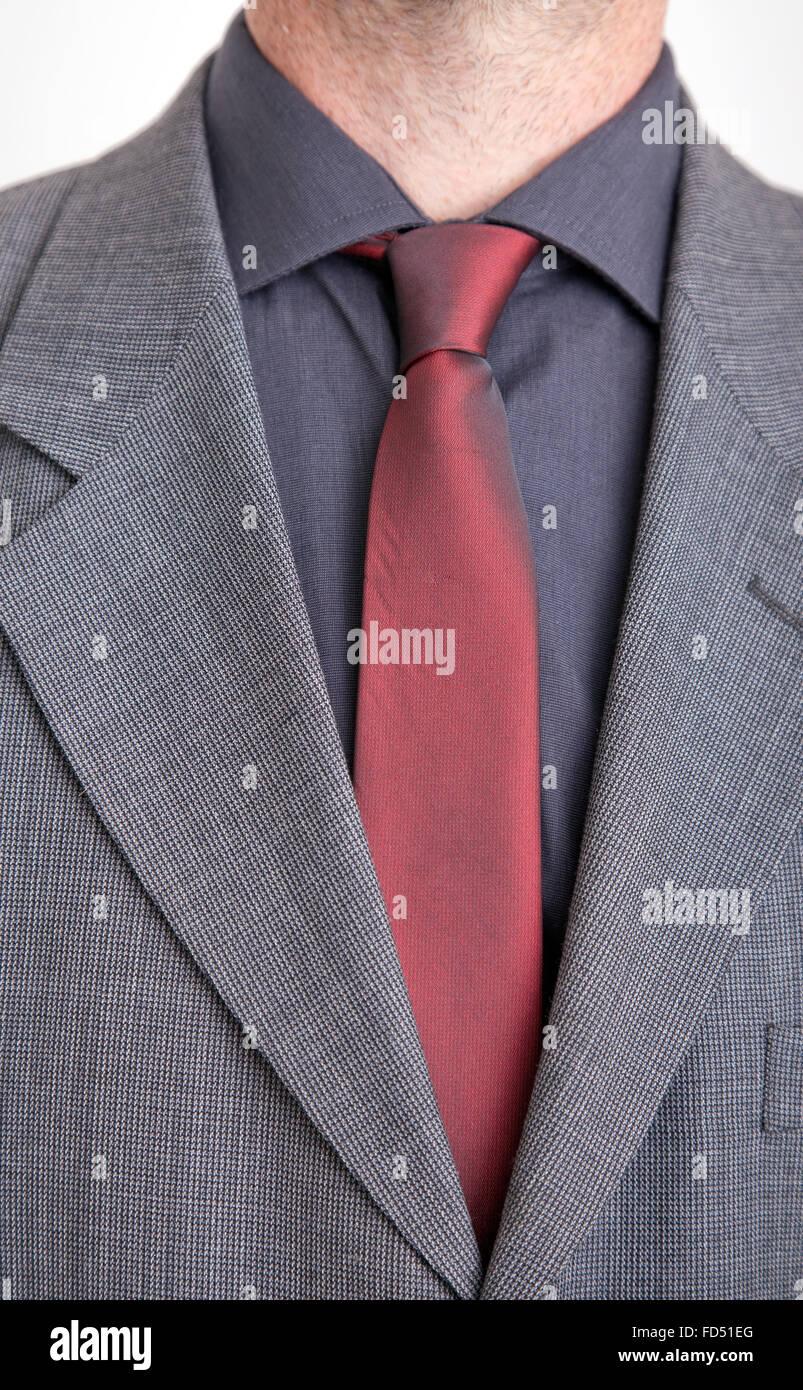 Uomo in completo giacca e cravatta rossa e grigia maglietta. Immagini Stock