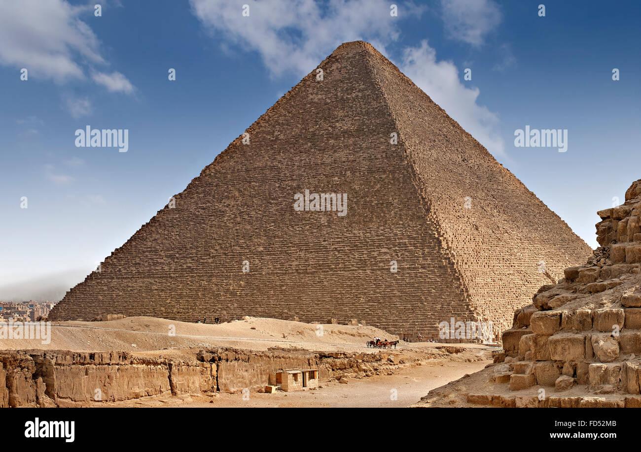Una delle piramidi sull'altopiano di Giza in Egitto. Immagini Stock