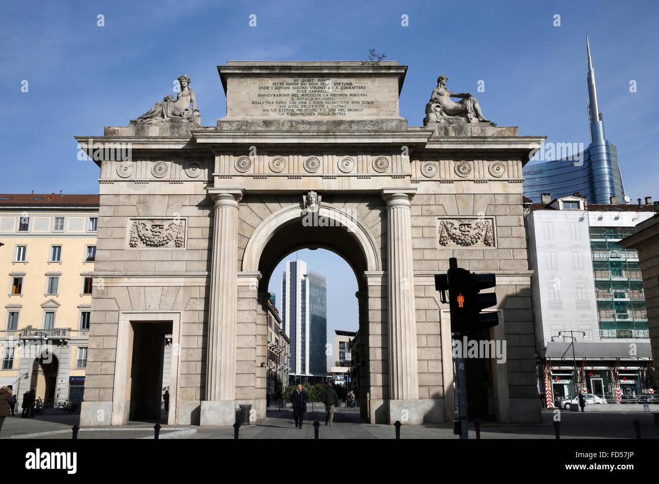 E vecchi edifici contemporanei a Milano. Immagini Stock