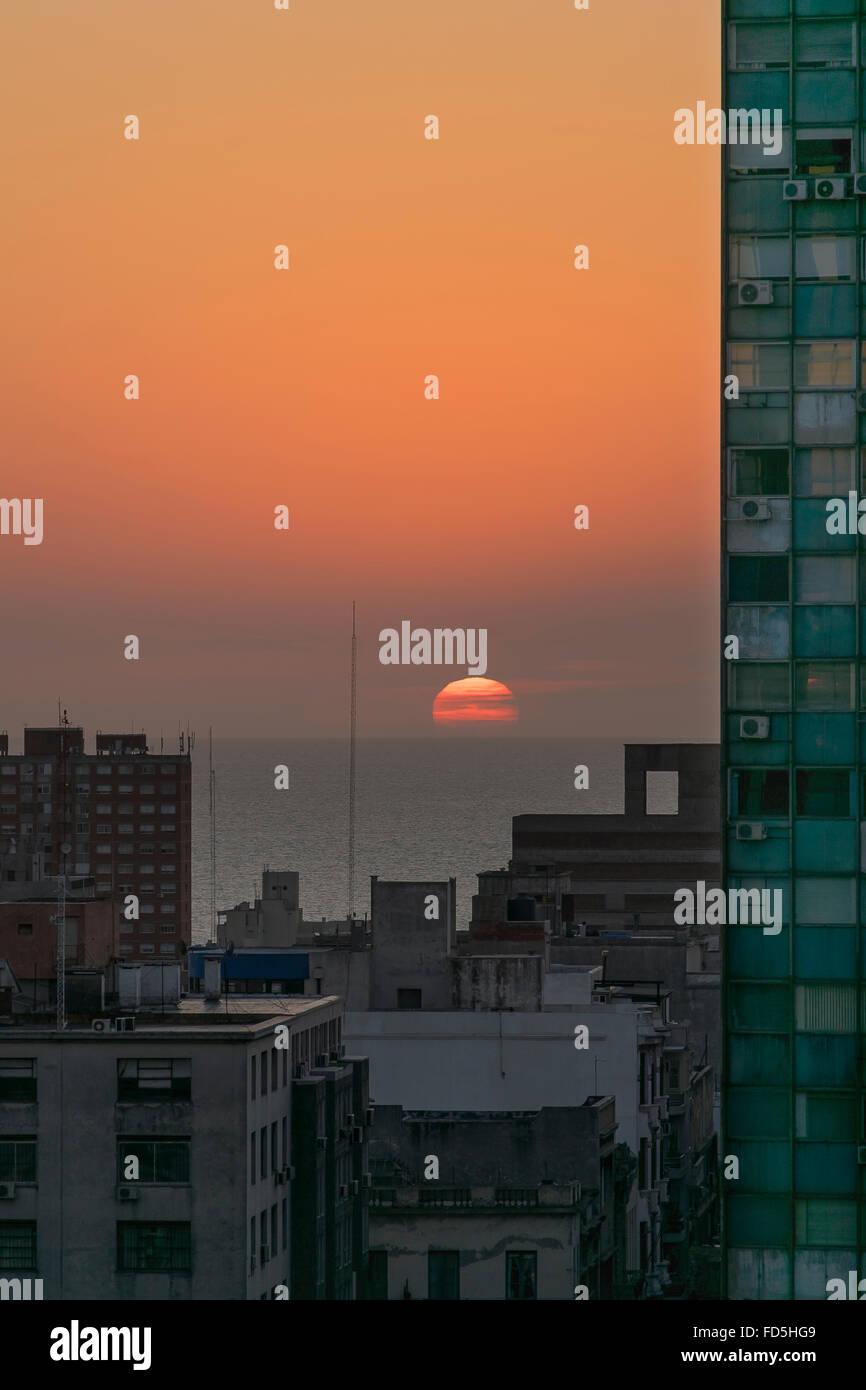 Vista aerea del bel tramonto al litorale con edifici su entrambi i lati nella città di Montevideo, capitale Immagini Stock