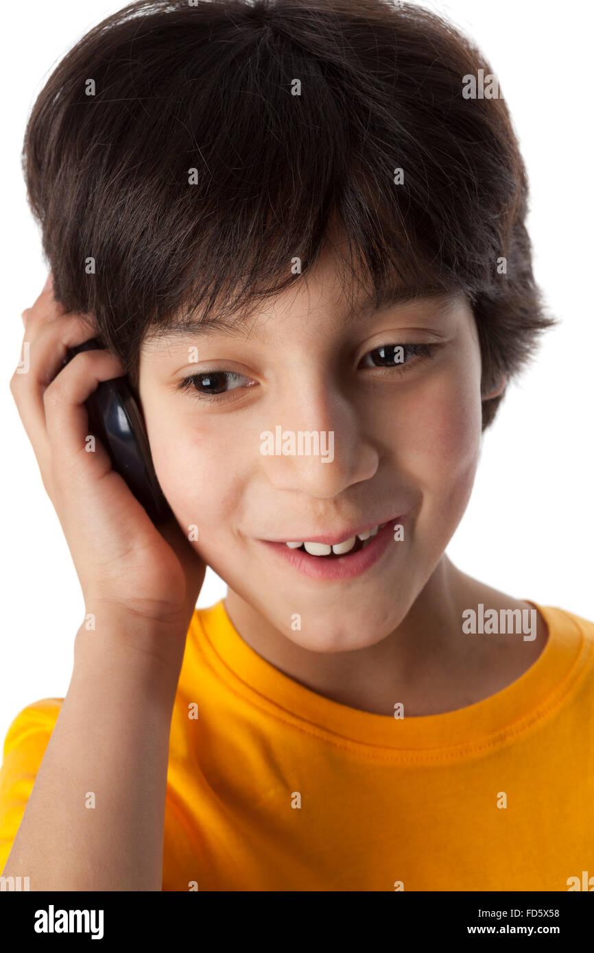 Bambino di otto anni con il cellulare su sfondo bianco Immagini Stock