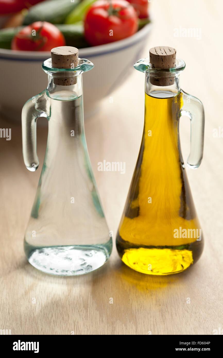 Coppia di olio e aceto bottiglie Immagini Stock