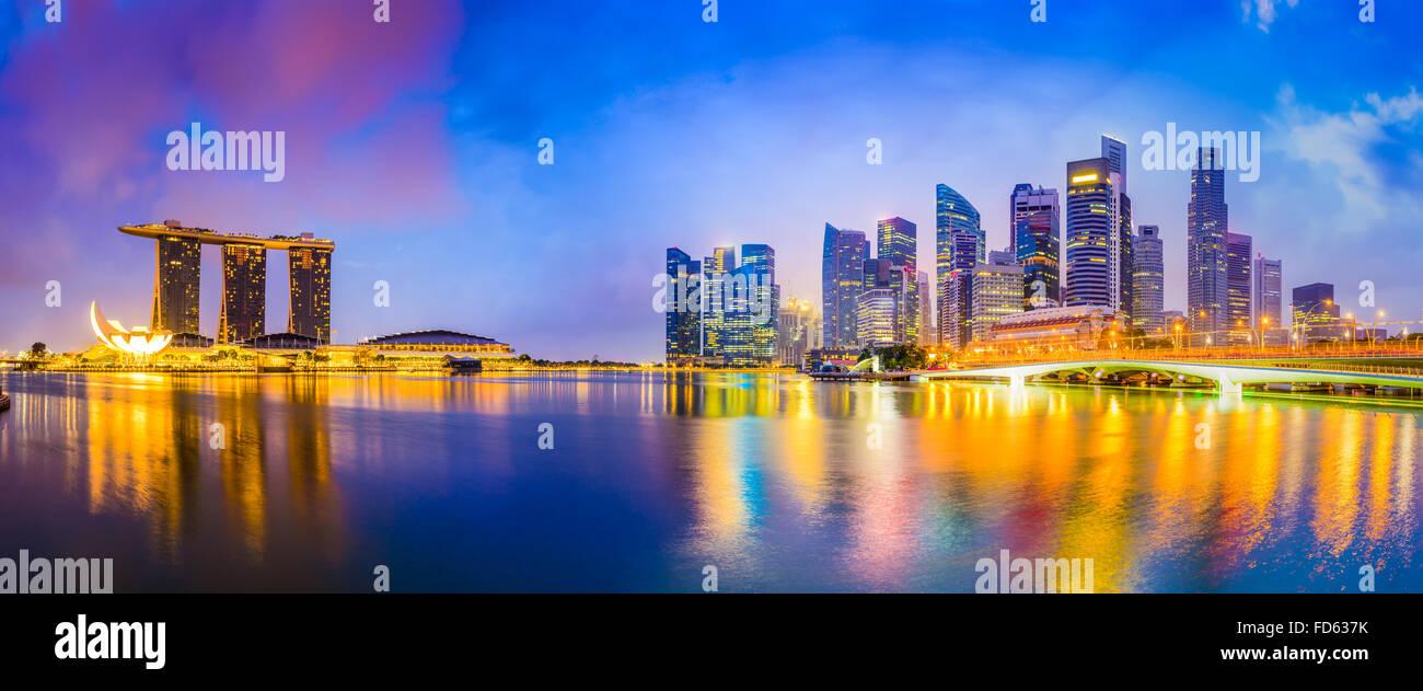 Lo skyline di Singapore presso la baia. Immagini Stock
