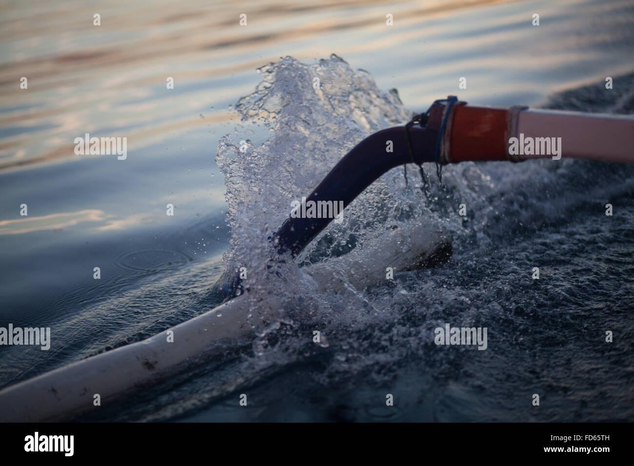 Immagine ritagliata su Paddleboard nel lago Immagini Stock
